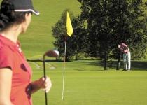 Golfplatz mit Seeblick